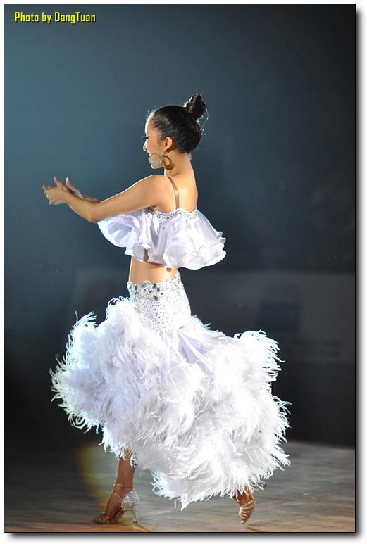 Модели и эскизы вечерних платьев до колена.